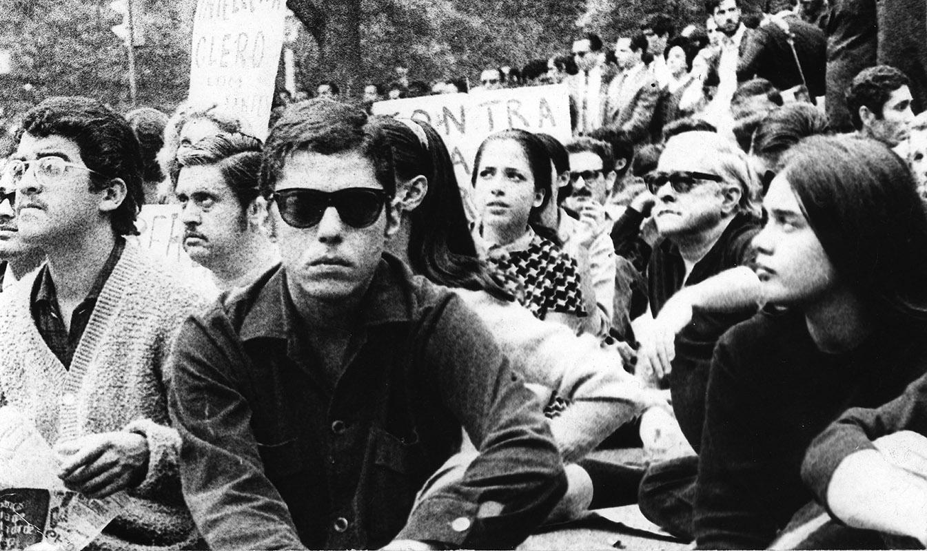 Passeata dos Cem Mil. Chico Buarque e outras personalidades na ditadura militar. Foto: reprodução portal Memorial da Democracia