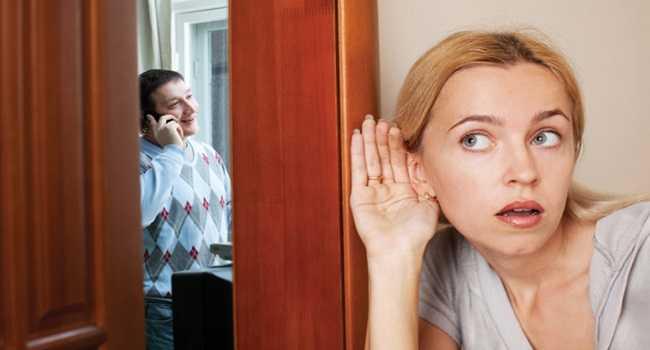 homem no telefone e mulher escutando