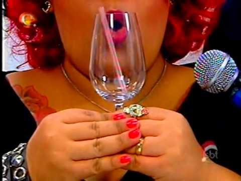 mulher com copo