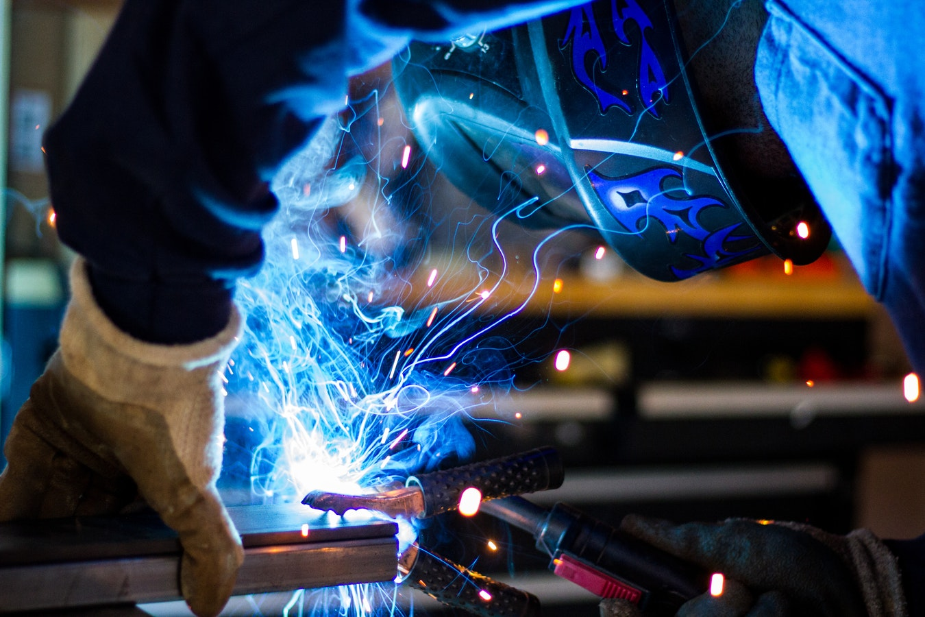 engenheiro soldando engenharia de materiais