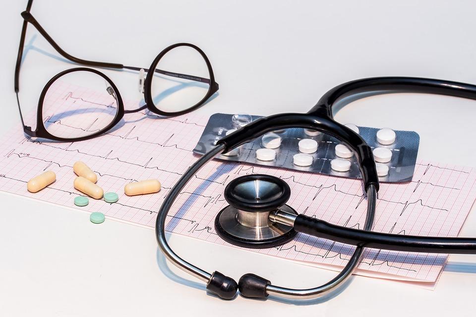 óculos e estetoscópio nota de corte medicina
