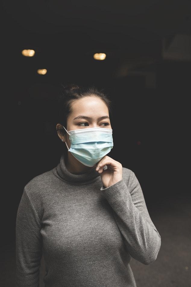 menina com máscara endemia, epidemia e pandemia