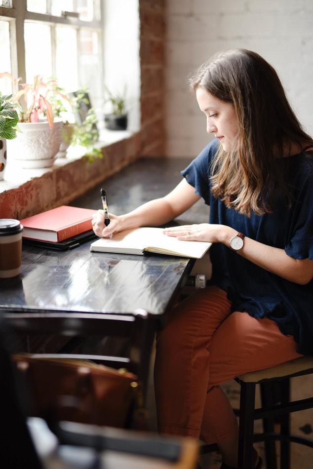 mulher escrevendo enem 2017