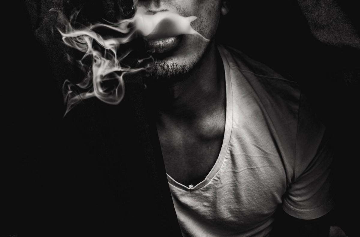 homem fumando redação sobre drogas