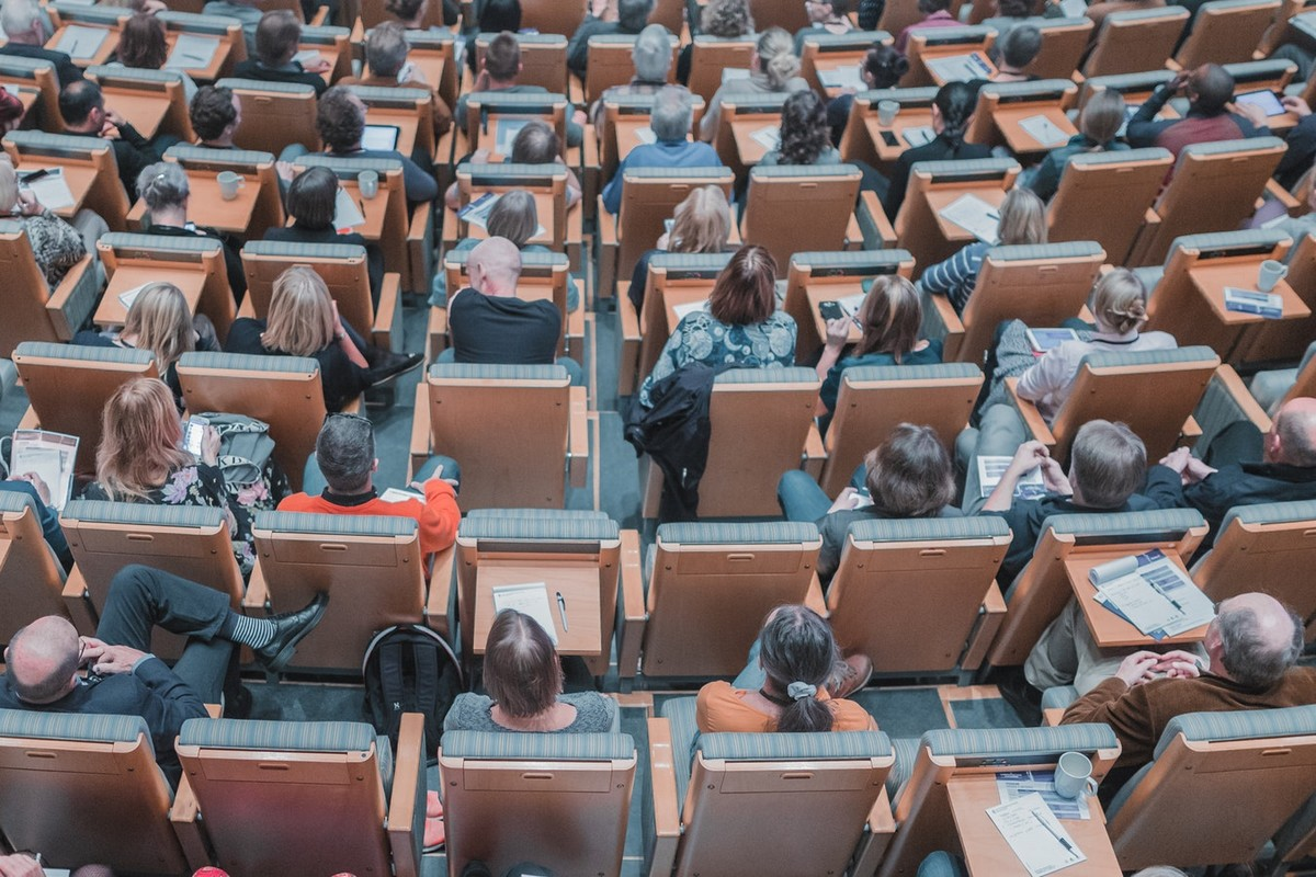 alunos na sala de aula semipresencial