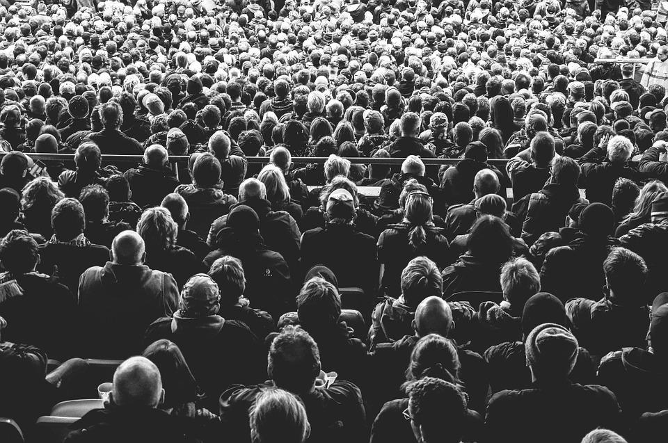 multidão  demais ou de mais