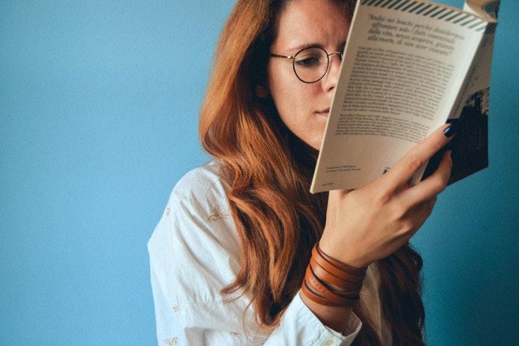 mulher lendo enfim ou em fim